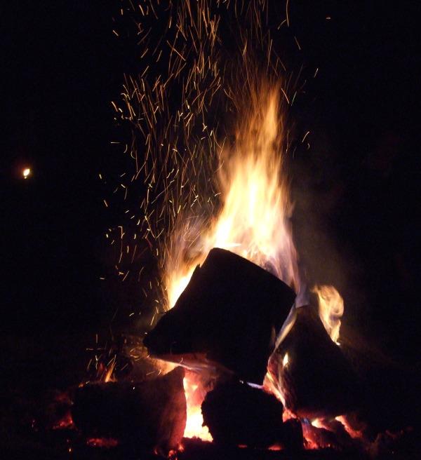 nude-men-around-camp-fire-nakedlatinawomen